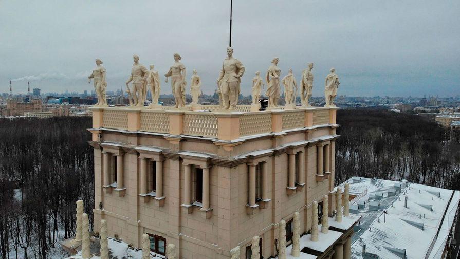 Реставрированные статуи вернулись на башни на площади Гагарина