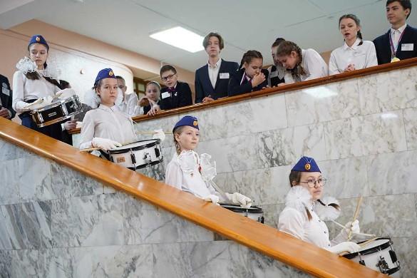 Российские школьники поздравили женщин с 8 марта