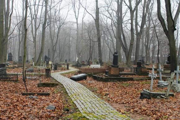 На Радоницу священник рассказал, почему не стоит оставлять на могилах еду и поминать алкоголем
