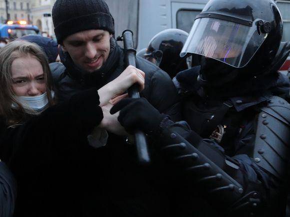 «Он защищал наше право не быть избитым»: россияне вступились за чеченца, подравшегося с силовиками на митинге