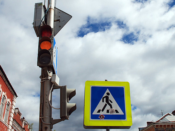 На Московском проспекте автобус поднял легковушку на столб (видео)