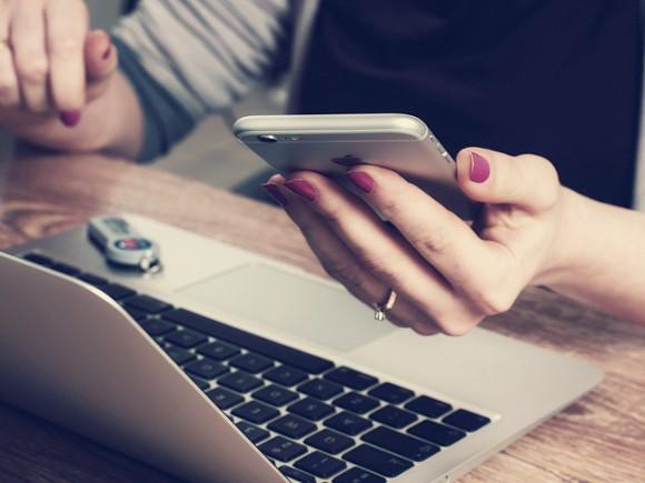 Эксперт рассказал, опасно ли пользоваться смартфоном во время зарядки