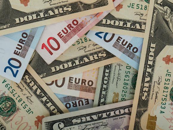 Официальный курс доллара резко повышен, евро прибавил меньше