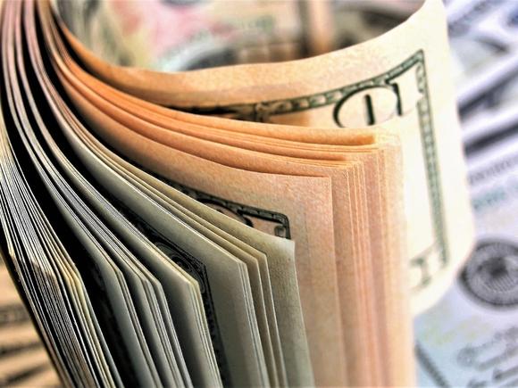 Банк России вновь опустил официальные курсы доллара и евро