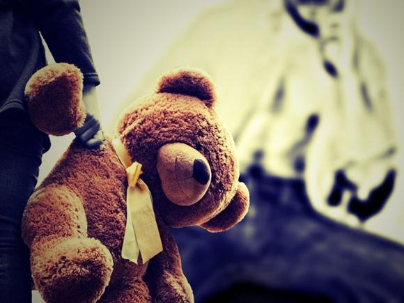 В Подмосковье мать, ударившую на улицу маленькую дочь, привлекли к ответственности