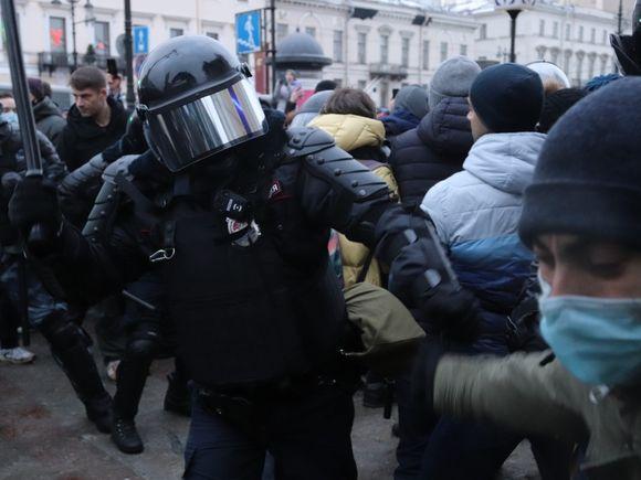 В Петербурге на акции протеста полицейский достал табельное оружие (видео)
