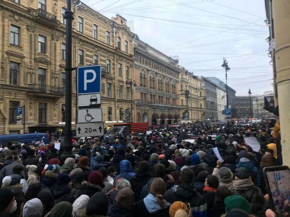 Протестующие с Сенатской площади двинулись на Невский проспект (фото, видео)
