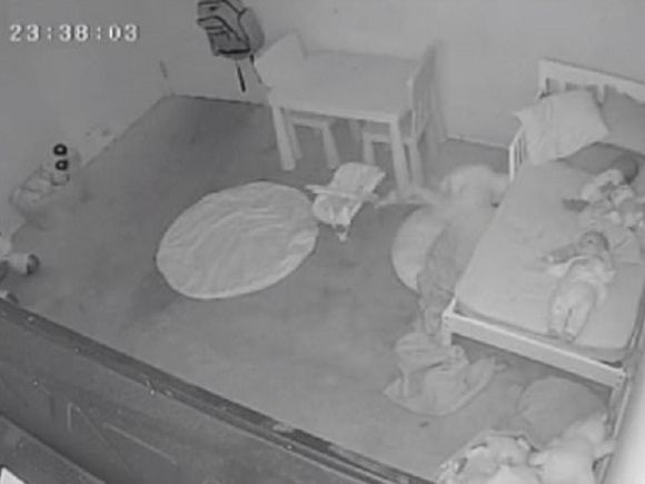 Отец поделился жуткими кадрами с видеоняни, на которых малыша «затаскивают под кровать» под крики «Мама!»