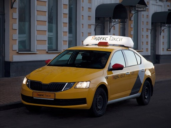 В Петербурге водитель «Яндекс-такси» вымогал у пассажира деньги, а за отказ изрезал ножом