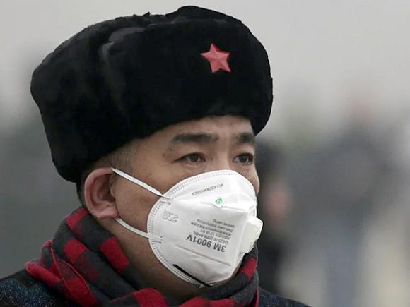 Власти Китая запретили жителям двух городов выходить на улицу из-за коронавируса
