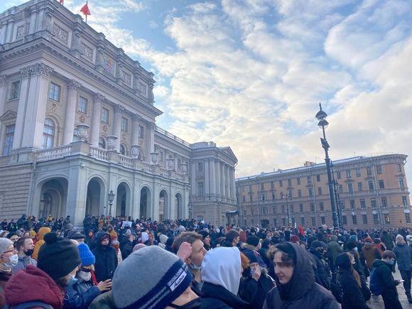 Протестующие в Петербурге объединились на площади у ЗакСобрания