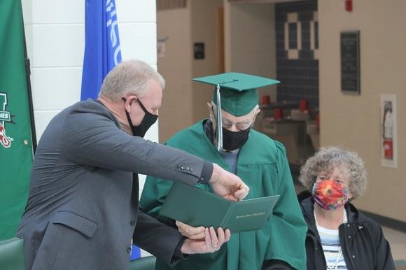 В США 96-летний ветеран закончил школу, которую ему пришлось бросить из-за Второй мировой
