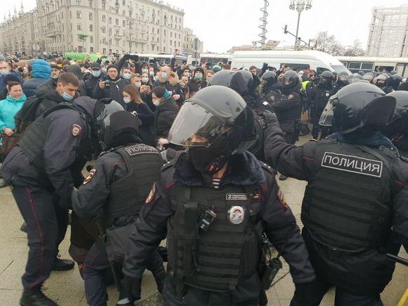 День протестов в поддержку Навального: задержаны почти 900 человек