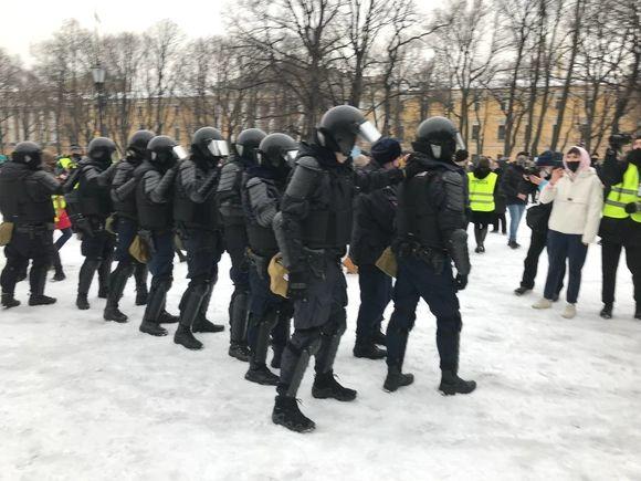 В Петербурге проверят видео с ОМОНовцем, пнувшим женщину в живот