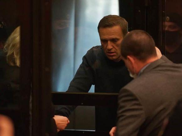 Меркель осудила приговор Навальному и потребовала прекратить насилие