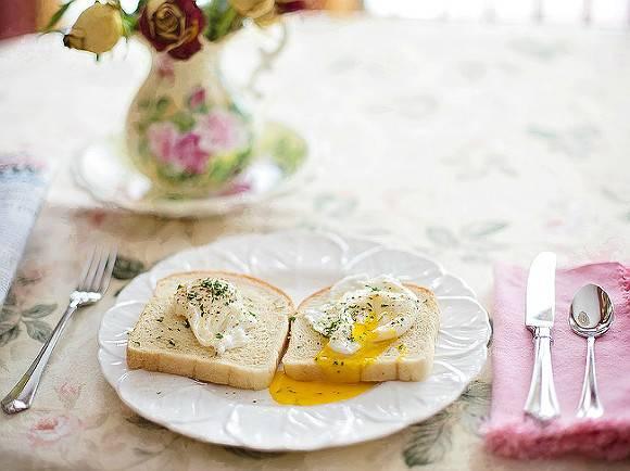 Диетолог рассказала, какие продукты «категорически нельзя» есть на завтрак