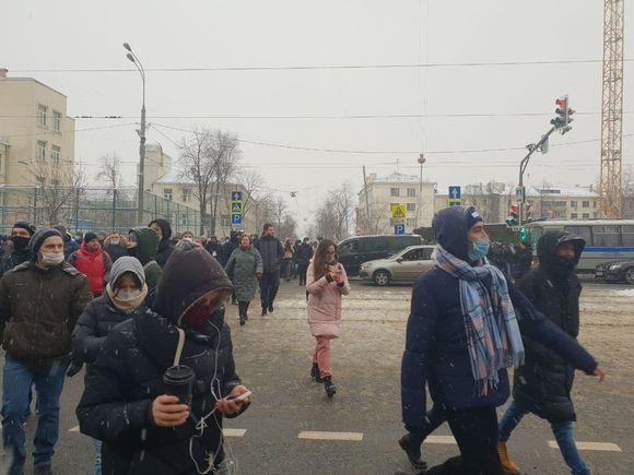 Протестующие подошли к «Матросской тишине», где сидит Навальный, начались массовые задержания