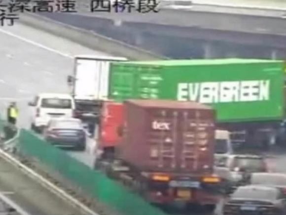 Грузовик той же компании, чье судно заблокировало Суэцкий канал, заблокировал дорогу в Китае