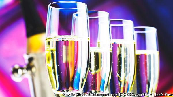 Россиянам посоветовали не мешать алкоголь с лекарствами от COVID в Новый год