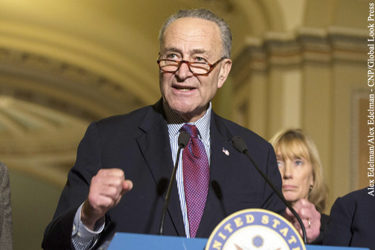 Лидер демократов в Сенате призвал Пенса отстранить Трампа от власти