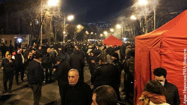 Оппозиция Армении развернула палаточный городок перед зданием парламента