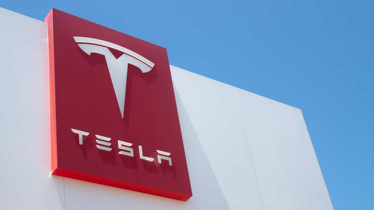 Tesla инвестировала 1,5 млрд долларов в биткоин, криптой можно будет оплатить автомобиль