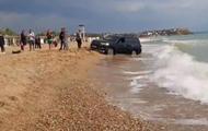 В Крыму внедорожник застрял в воде на пляже