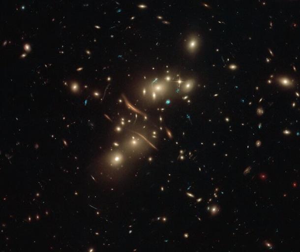 Телескоп Hubble запечатлел скопление 'кривых' галактик
