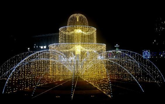 Еще один курский фонтан украсили к Новому году