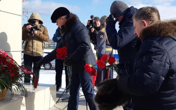 Виктор Карамышев возложил цветы к братской могиле