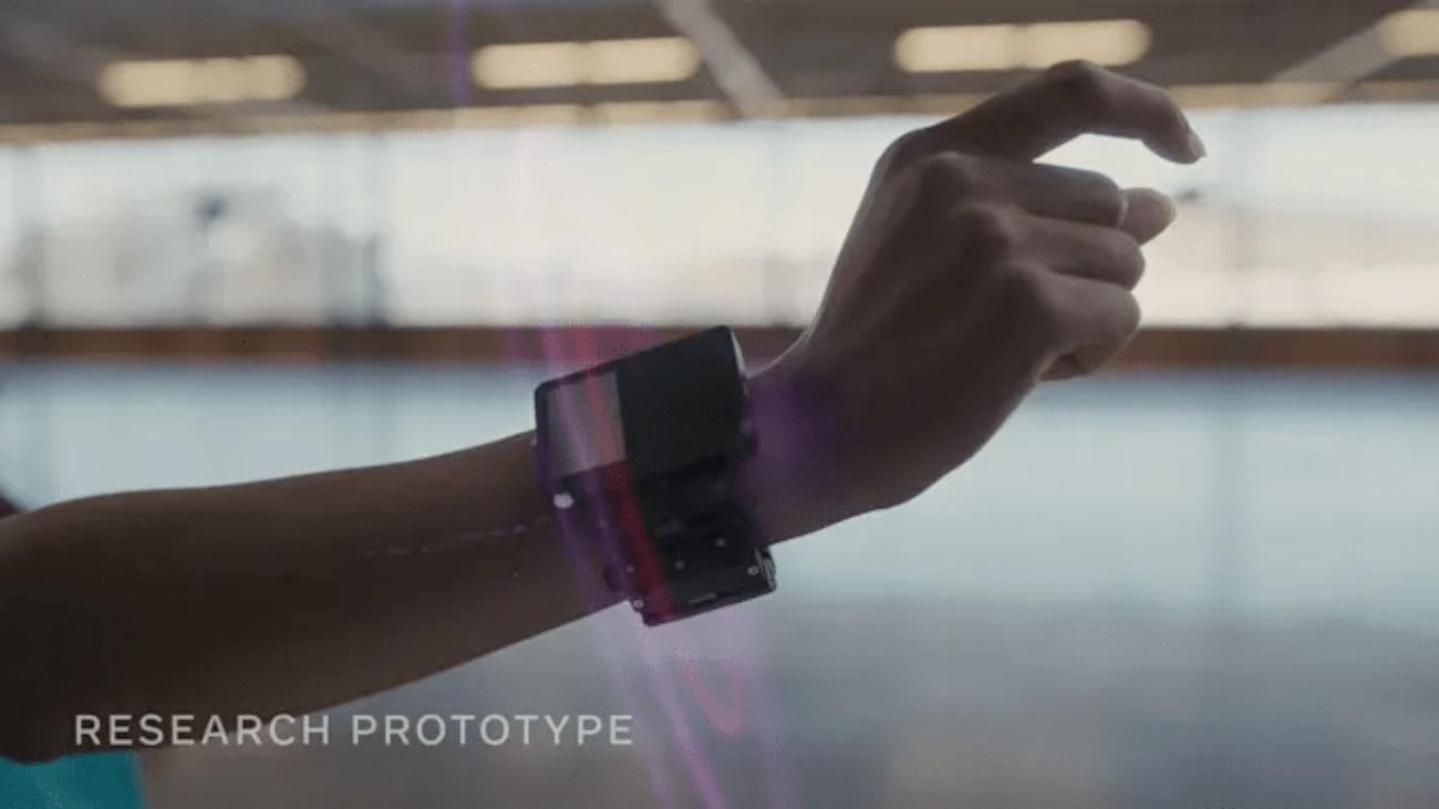 Facebook показала браслет, который может считывать сигналы мозга и управлять предметами в дополненной реальности