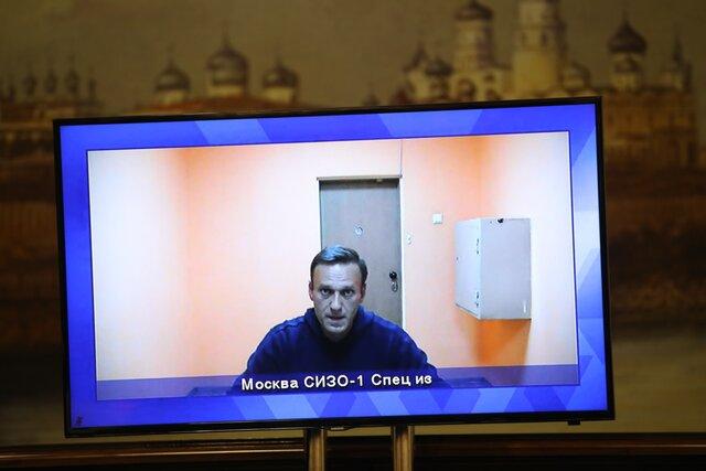 «Сейчас сила на вашей стороне. Но это будет продолжаться не вечно». Навальный выступил с речью в суде, который отказался освободить его. Полная расшифровка