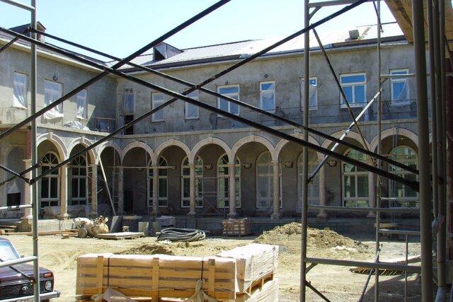 Если человек — президент, ему все можно. «Медуза» поговорила со строителями «дворца Путина» и выяснила много, очень много нового. Встречайте 16-этажный бункер, «Димину дачу» и целых две «аквадискотеки»