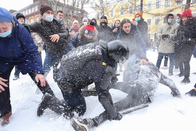 Силовики жестко задерживают протестующих по всей России — бьют электрошокерами и угрожают огнестрельным оружием. Вот самые показательные видео