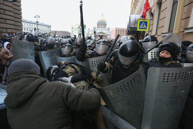 Зачем вы нас бьете? Мы хотим, чтобы в России стало лучше. В Петербурге полицейские запугивали протестующих табельным оружием — и задержали даже Оксимирона. Репортаж «Медузы»
