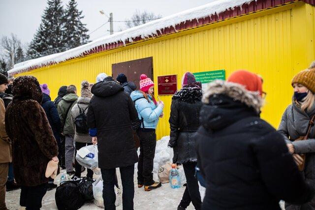 «Куют нам будущий электорат». Спецкор «Медузы» Максим Солопов поговорил с приехавшими к изолятору в Сахарово