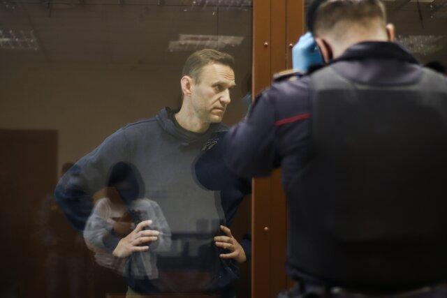 Вы будете гореть в аду. Суд над Навальным по делу о «клевете на ветерана» оказался абсурдным даже по российским меркам. Репортаж Кристины Сафоновой с очень странного заседания