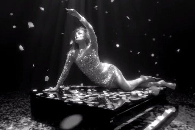 Монеточка и Сергей Бурунов спели «Белые розы» — и выпустили клип. Там танцуют под дождем из лепестков (и есть Монеточка в подвенечном платье)