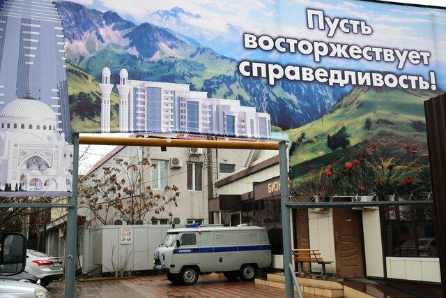 «Новая газета» начала публикацию доказательств внесудебных казней в Чечне. Задержанных перед убийством заставляли на камеру присягать «Исламскому государству»