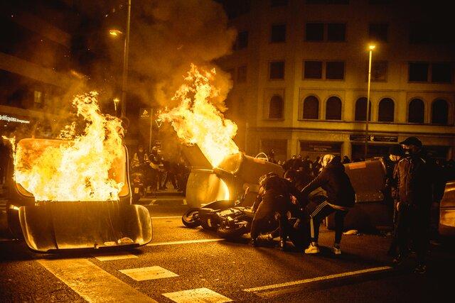 Испанского рэпера-леворадикала отправили в тюрьму за критику полиции и бывшего монарха. Акции протеста в его поддержку переросли в беспорядки. Власти пообещали изменить закон, позволивший вынести приговор