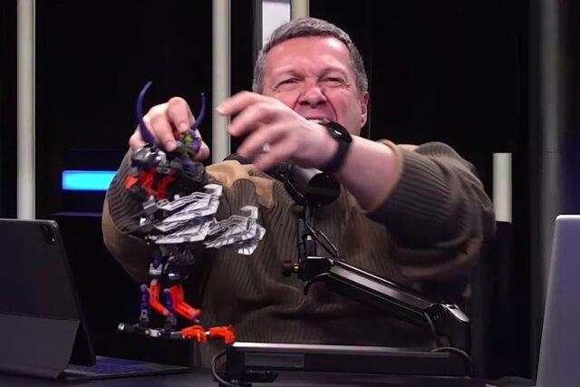 Вижу твиты про Clubhouse и Владимира Соловьева — якобы он объявил войну биониклам. Кто это такие? И почему вообще Соловьев рычит на фигурки Lego?