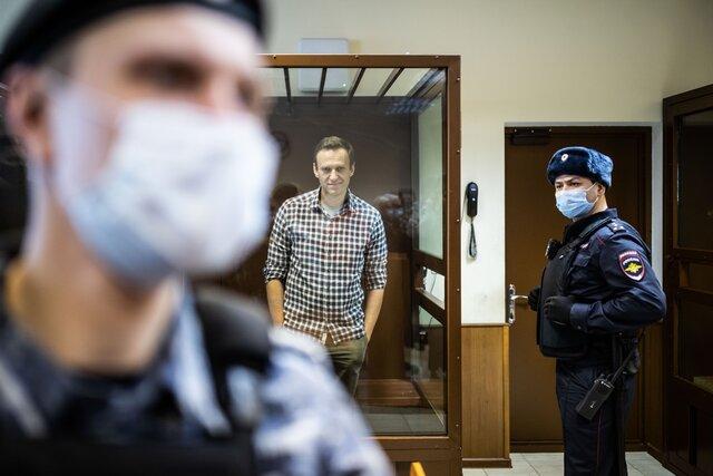 А меня все судят и судят, судят и судят. За день прошло два суда над Алексеем Навальным. Реальный срок — сократили, по делу о «клевете на ветерана» — оштрафовали. Репортаж Кристины Сафоновой