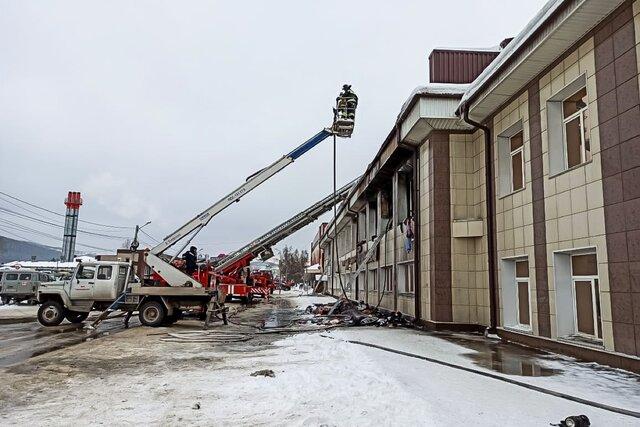 В Горно-Алтайске водитель спас людей из горящего торгового центра. Он подогнал автобус к зданию — и люди спустились по его крыше со второго этажа