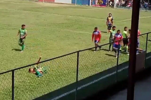 Гватемальский футболист изобразил нестерпимые мучения от столкновения с ничем. Невероятная игра!