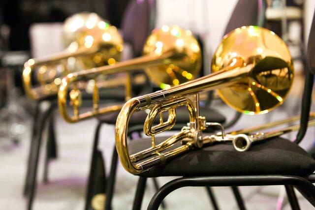 В Вашингтоне некоторые школы возобновили очные занятия. Уроки музыки теперь проходят в защитных палатках