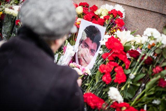 Это место памяти, горящая рана. Тысячи москвичей возложили цветы к месту убийства Бориса Немцова. Репортаж «Медузы»