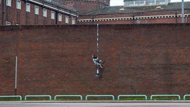 Из тюрьмы, в которой сидел Оскар Уайльд, по веревке из простыней сбежал заключенный. Это новое граффити Бэнкси — посмотрите, как он это сделал