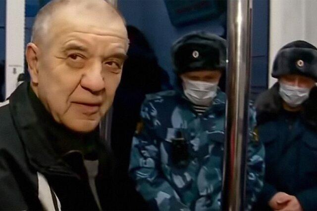 «Скопинский маньяк» Виктор Мохов вернулся домой, отсидев 17-летний срок в колонии. Он сказал, что побывал в Москве и привез «полный мешок денег»
