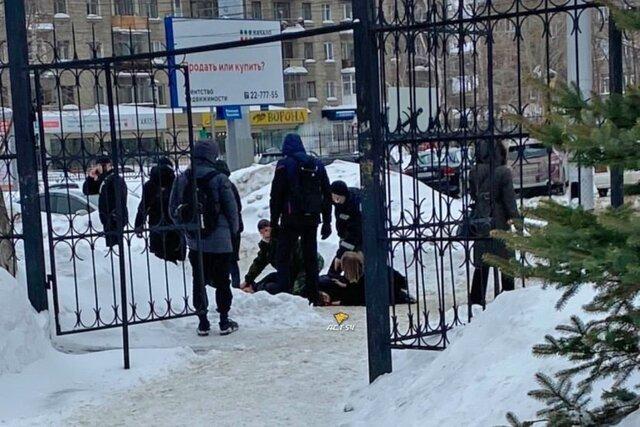 В Новосибирске студент на глазах бывшей подруги убил ее нового бойфренда. Спустя три недели девушку нашли мертвой — возможно, она покончила с собой