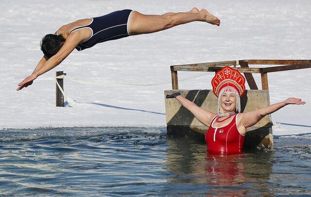 Масленица — это традиционно весело! Можно купаться в кокошниках, сжигать «ковидную зиму» и даже есть сырники (скандал!)